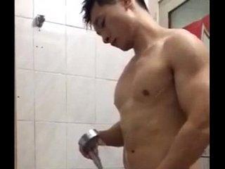 Japonês gostoso tomando banho na academia